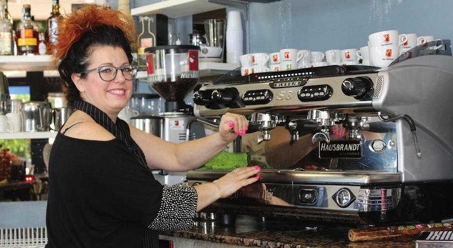 Antonella, simpatia e servizio nei vent'anni di Avenida Cafè